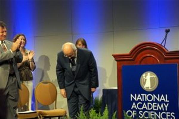 Serageldin receiving National Academy of Sciences Public Welfare Medal, May 2011.