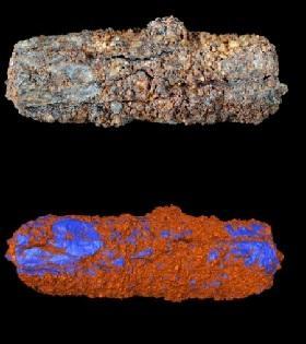 The Gerzeh bead (top) has nickel-rich areas, coloured blue on a virtual model (bottom), that indicate a meteoritic origin.